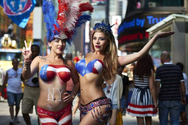 topless-performers-times-square